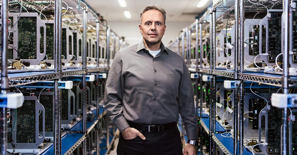 Джон Сроуджи, вице-президент Apple по аппаратным технологиям, под руководством которого разрабатывается датчик уровня сахара в крови